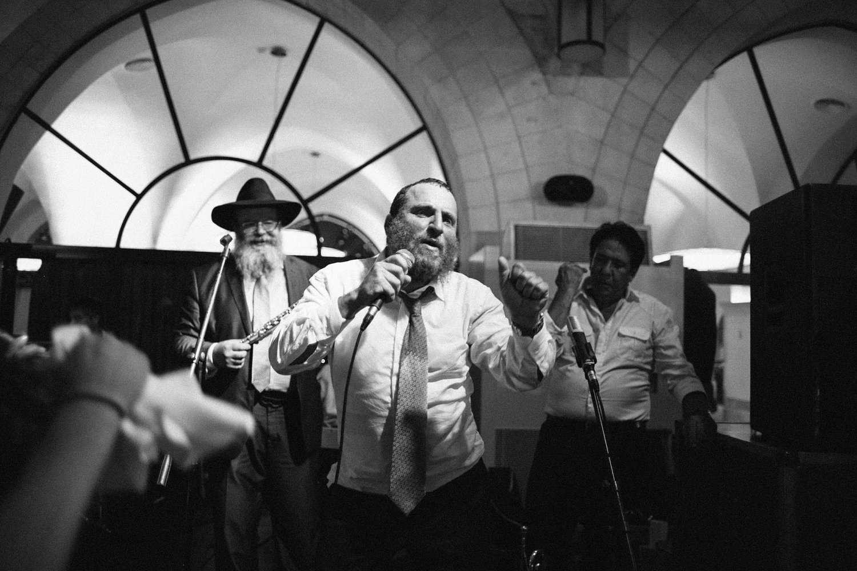 father of the bride singing during dancing at Olmaya wedding